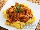 Рецепта Свинска кавърма с гъби и праз лук в тенджера понесена върху картофено пюре